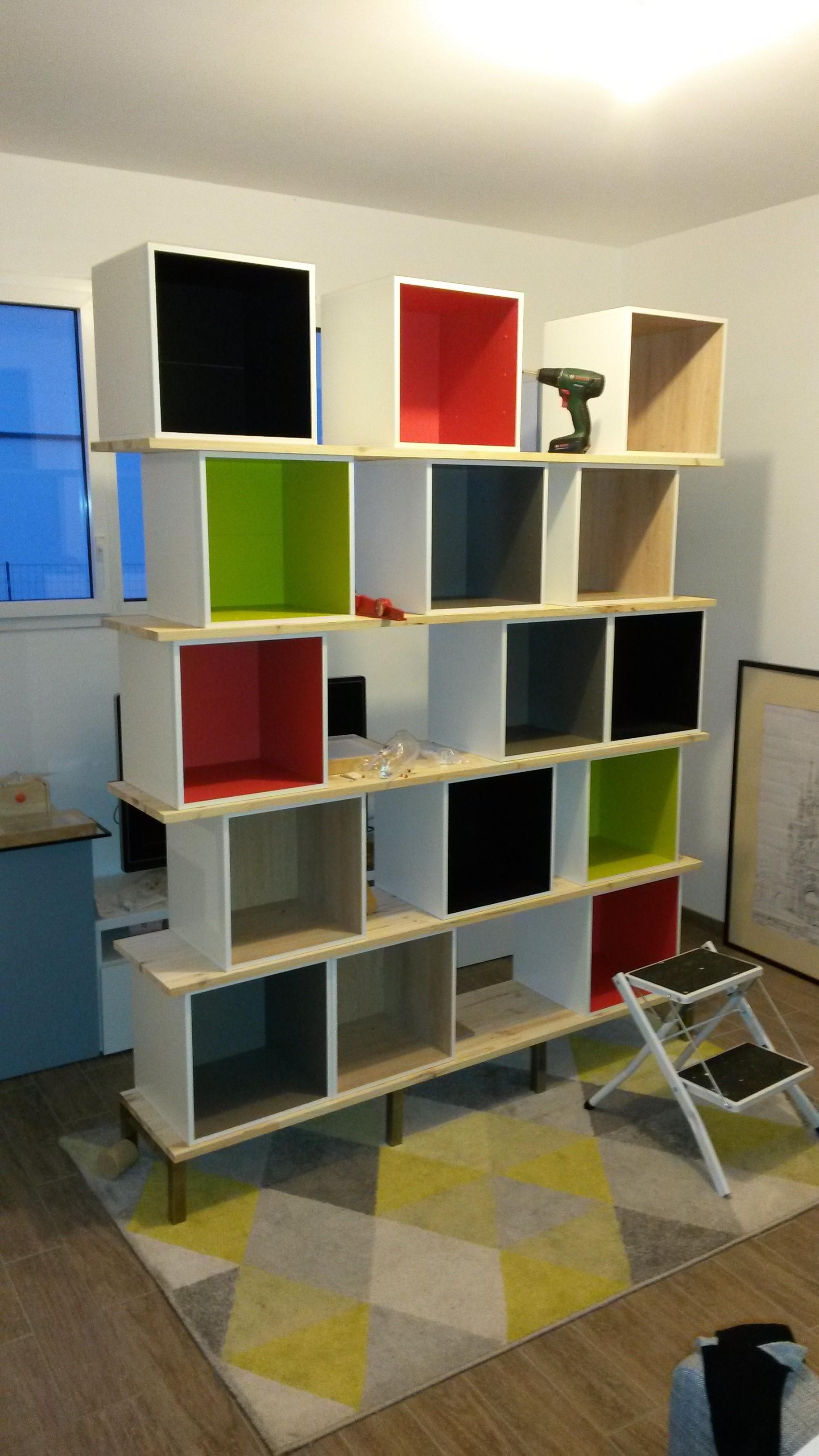 biblioth que multikaz en cubes multicolore notre maison rt2012 par trecobat. Black Bedroom Furniture Sets. Home Design Ideas