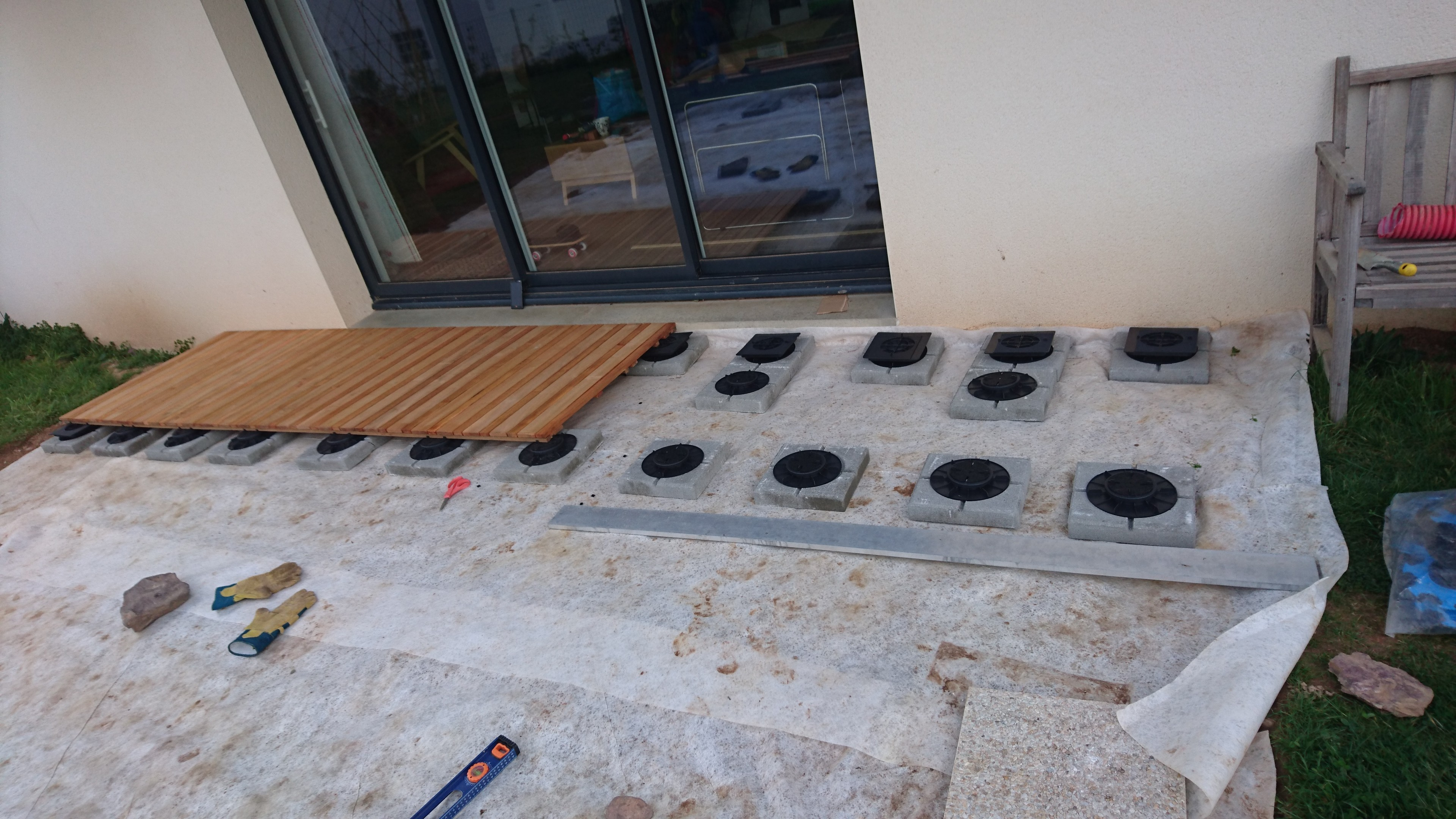 Pose terrasse bois sur plot leroy merlin for Poser carrelage terrasse dalle beton
